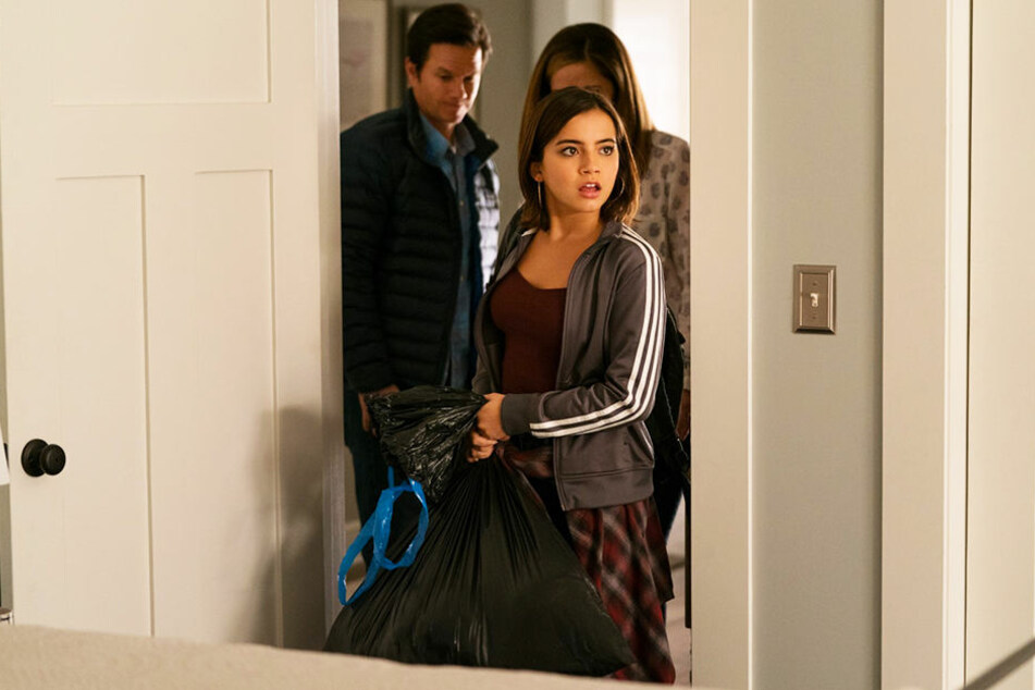 Lizzy (vorne-rechts, Isabela Moner) staunt nicht schlecht über das schöne Zimmer, das ihr Pete (l., Mark Wahlberg) und Ellie (verdeckt, Rose Byrne) zur Verfügung stellen.