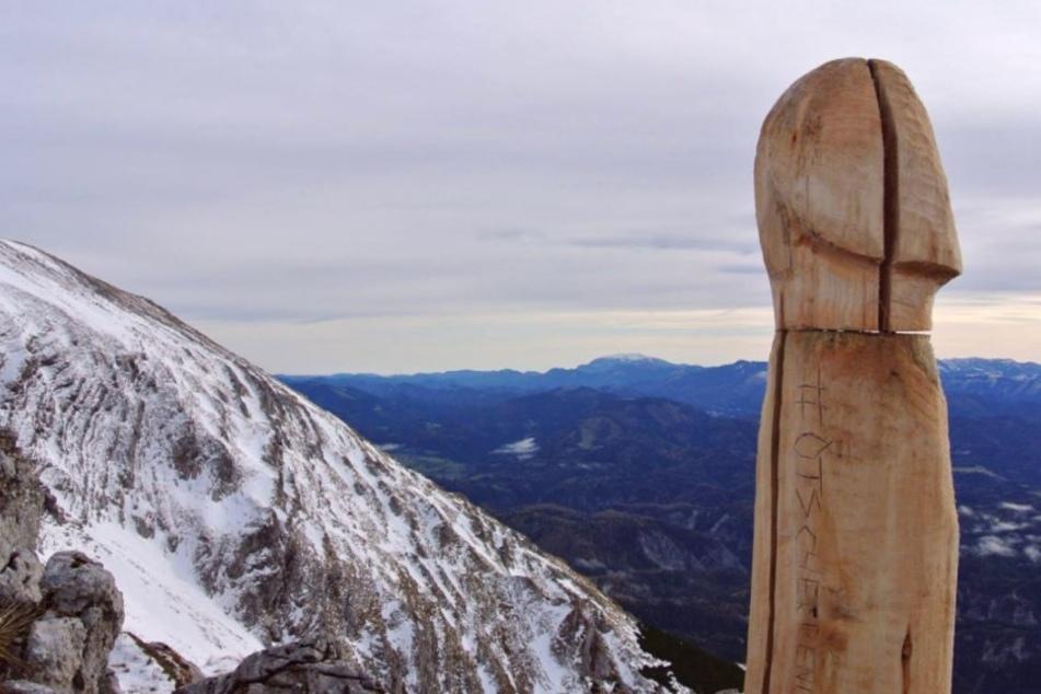 Wer hat diesen Riesenpenis auf dem Gipfel aufgestellt?