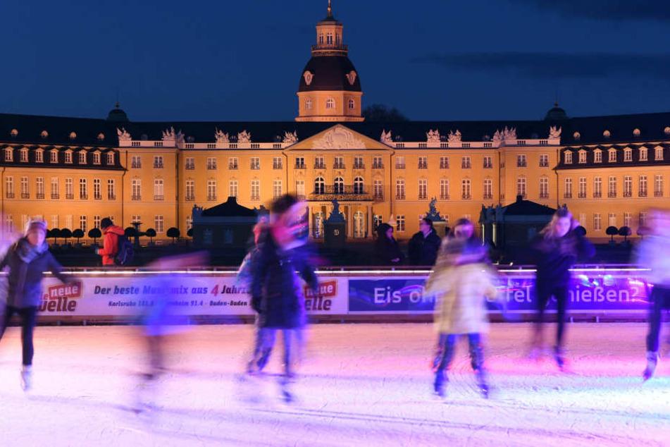 Auf einer Freiluft-Kunsteisbahn vor dem Schloss Karlsruhe halten sich jedes Jahr zu Weihnachten Schlittschuhläufer auf dem Eis auf. (Archivbild)
