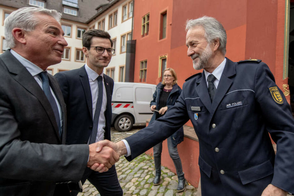 Innenminister Thomas Strobl (links im Bild) begrüßt Polizeipräsident Bernhard Rotzinger.