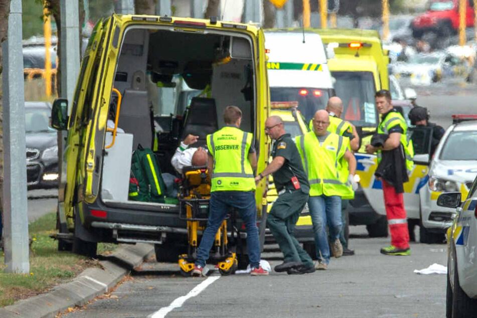 Rettungskräfte in Christchurch kümmern sich außerhalb der Masjid-Al-Noor-Moschee um eine Person.