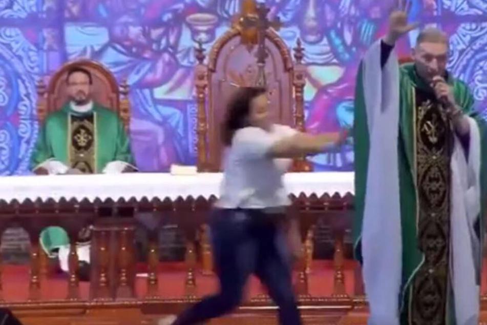 Vor 50.000 Gläubigen: Hier wird ein Priester attackiert und von der Bühne gestoßen