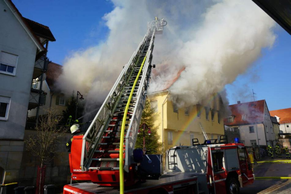 Die Feuerwehr kämpft mit einer Drehleiter gegen die Flammen.