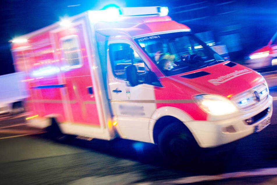 Der Rettungswagen brachte den in Lebensgefahr schwebenden Mann ins Krankenhaus (Symbolbild).