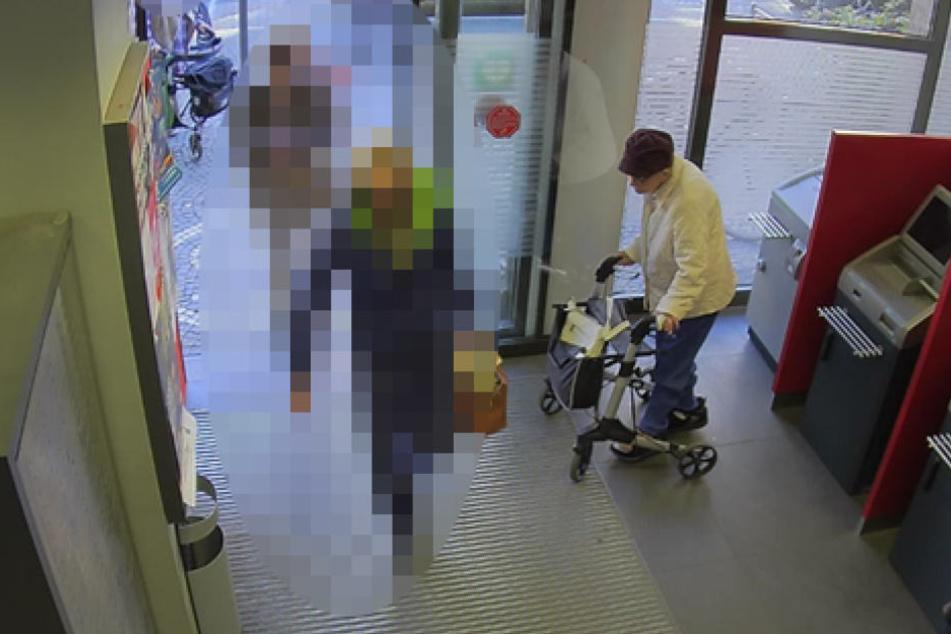 Die Seniorin (84) hatte in einer Krefelder Bank gerade Geld abgehoben.