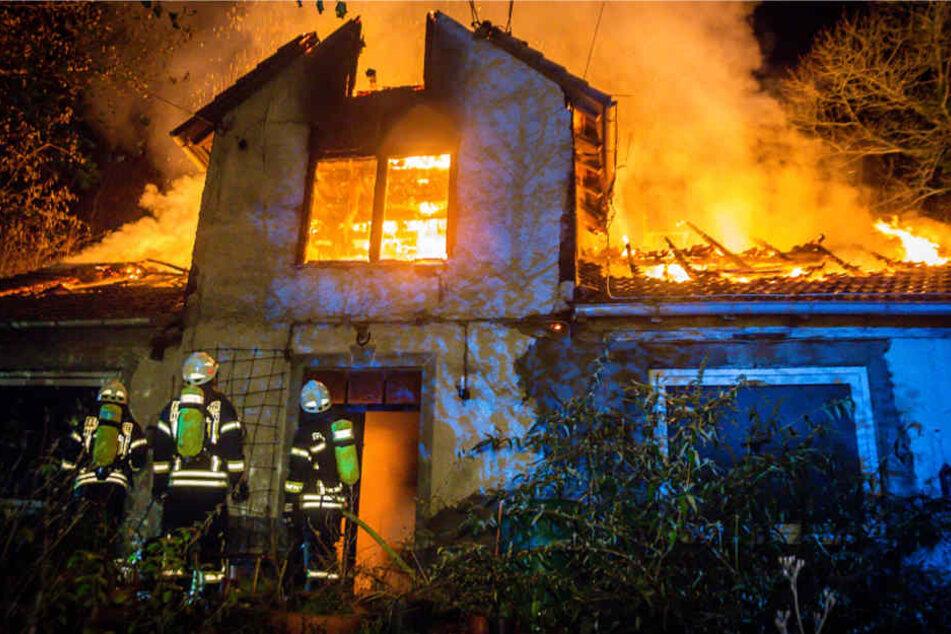 Das Haus stand komplett in Flammen, als die Feuerwehr eintraf.