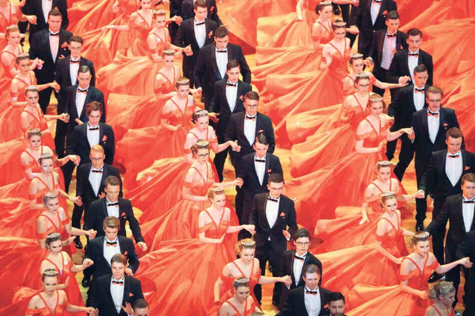 Ein Traum in Orange: Der Tanz der 200 Debütanten gehörte zu den Höhepunkten des gestrigen SemperOpernballs.