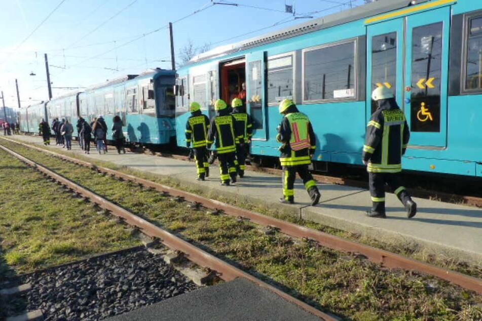 Die Passagiere mussten aus der Bahn evakuiert werden.