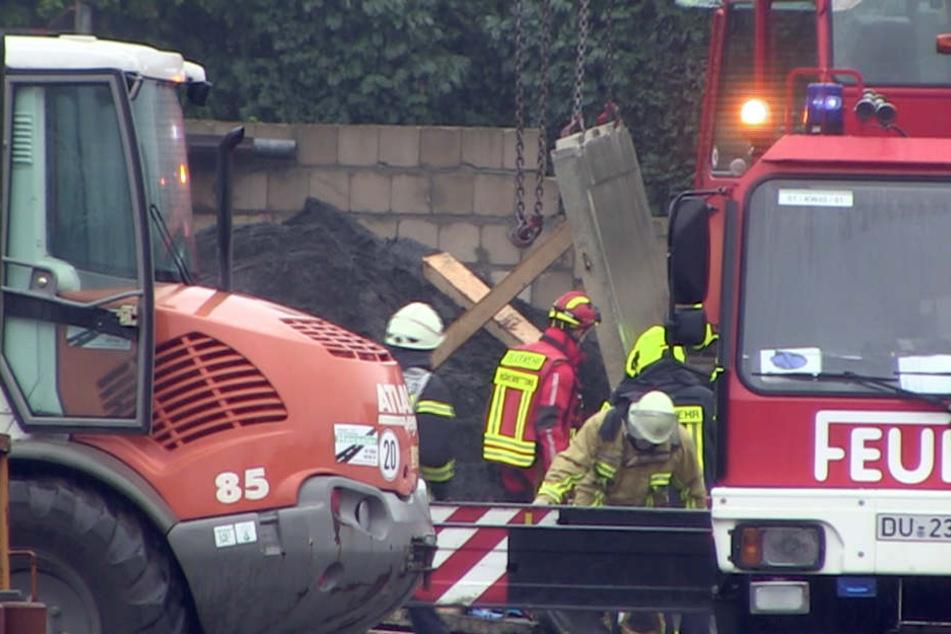 Männer auf Baustelle unter Betonplatten begraben: Ein Arbeiter tot