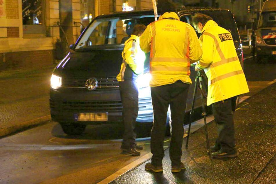 Ziviler Polizeibus erfasst Fußgängerin: Lebensgefährlich verletzt!