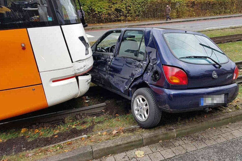 Mit welcher Wucht die Straßenbahn auf das Auto geknallt sein muss, lässt sich hier gut erkennen.
