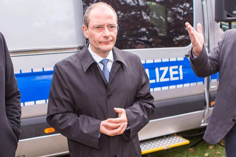 Innenminister Markus Ulbig (53,CDU) verkündete im Oktober den Start des neuen Warnsystems.
