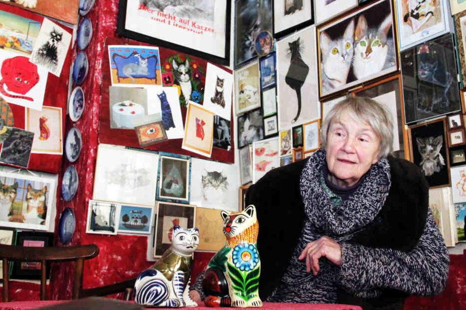 Renate Oeser, Initiatorin der Katzenkunst-Sammlung, sitzt in der Ausstellung.