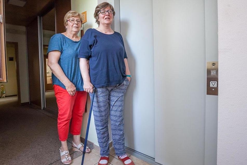 Die Türen bleiben zu: Diana Schwartz (46) kann den Aufzug nicht mehr  benutzen. Mutter Beater (66) kämpft um die Reparaturkosten.