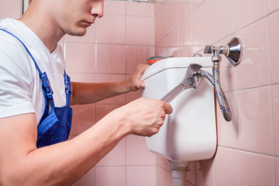 Der Handwerker sollte nur die Toilette reparieren, doch er fand eine Leiche. (Symbolbild)