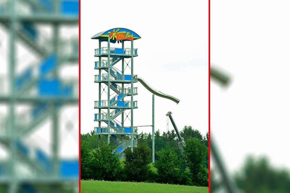 Der 30 Meter hohe Turm hat eine Aussichtsplattform und ist Startpunkt für die längste Rutschpartie der Region.
