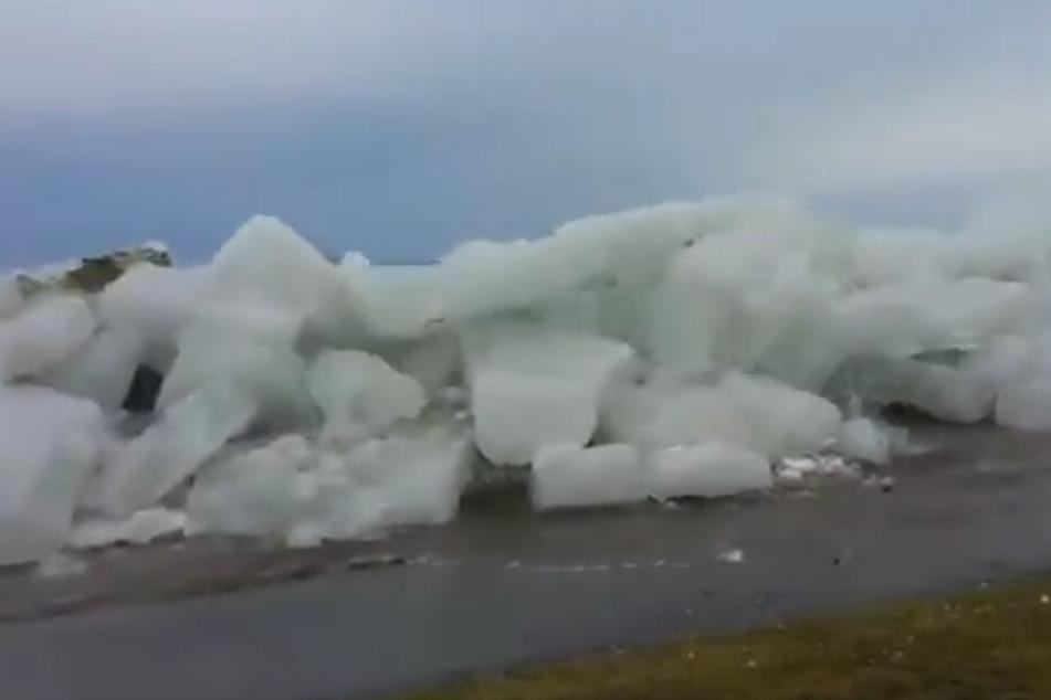 Einige Aufnahmen in den sozialen Netzwerken zeigen, wie das Eis mit voller Wucht über die Ufer tritt.