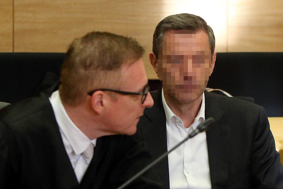 Der Angeklagte schweigt zu den Tatvorwürfen.