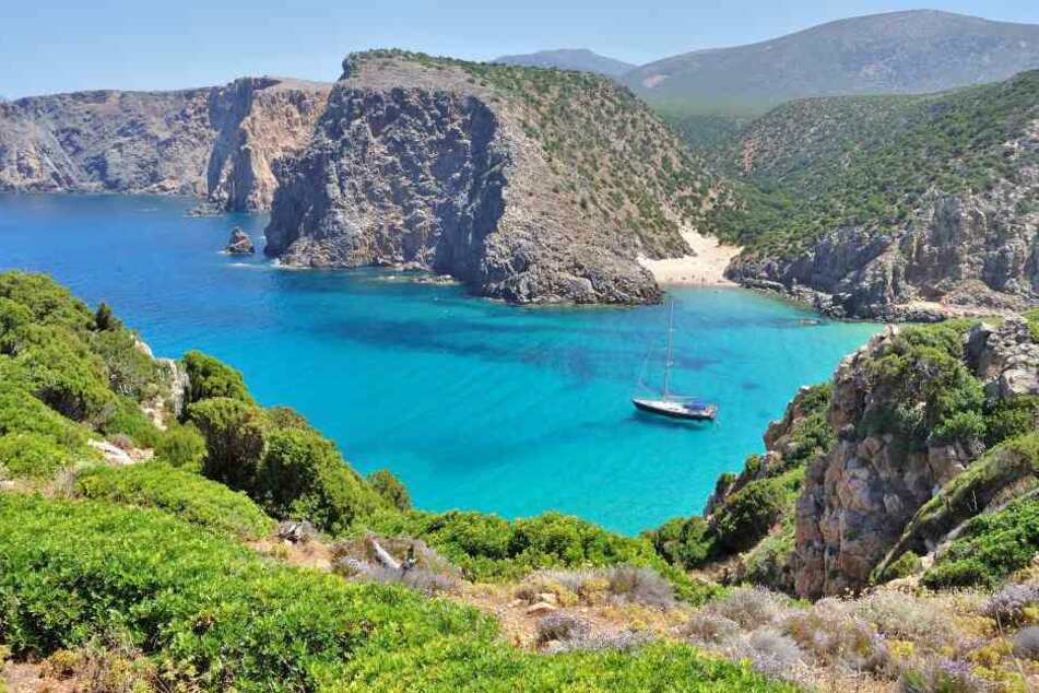 Blick auf den Strand Cala Domestica auf Sardinien.