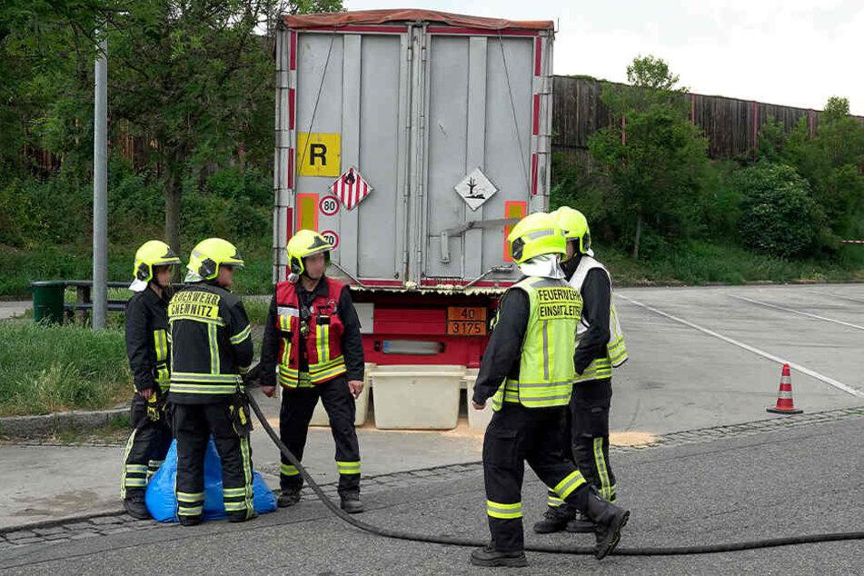 Die Feuerwehr untersuchte den Laster und stellte fest, dass er eine gefährliche Chemiekalie und Abfälle geladen hatte.