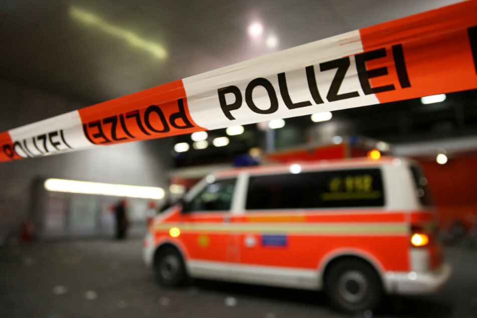 Der Rettungsdienst brachte die Schwerverletzte ins Krankenhaus. Die Polizei sicherte Spuren am Fundort. (Symbolbild)