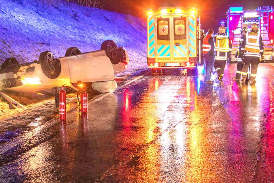 Einsatzkräfte der Feuerwehr sicherten die Unfallstelle.