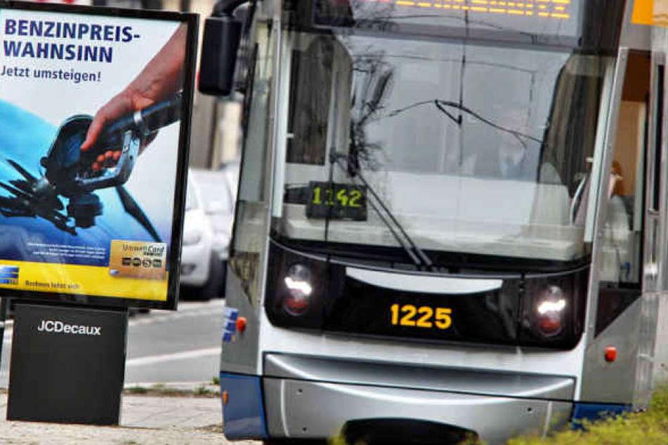 Nachdem einer 28-Jährigen die Handtasche in einer Straßenbahn geklaut werden sollte, schritt die Tram-Fahrerin (50) ein. (Archivbild)