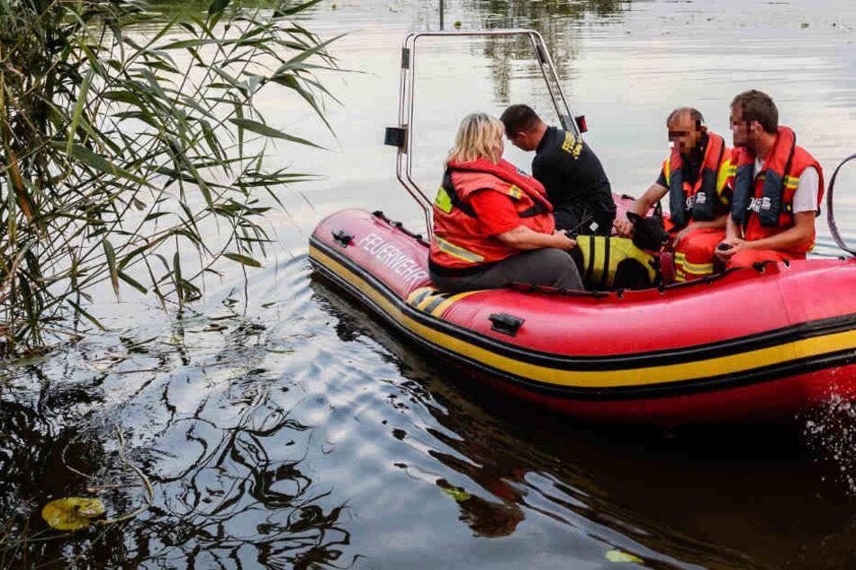 Feuerwehr und Polizei suchen auch im See nach dem Vermissten. (Symbolbild)
