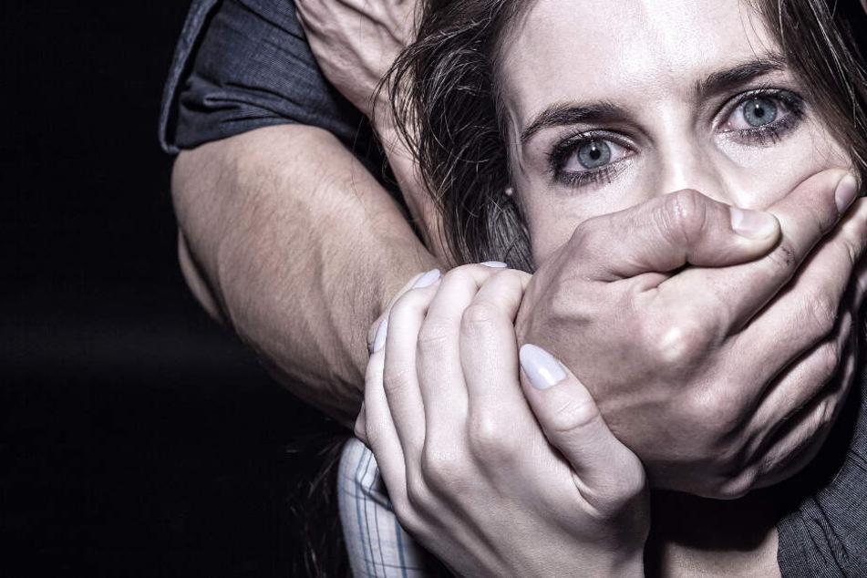 Der Mann hielt der Frau von hinten den Mund zu und packte sie am Hals (Symbolbild).