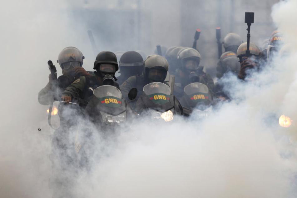 Die Polizisten inmitten einer riesigen Rauchwolke.