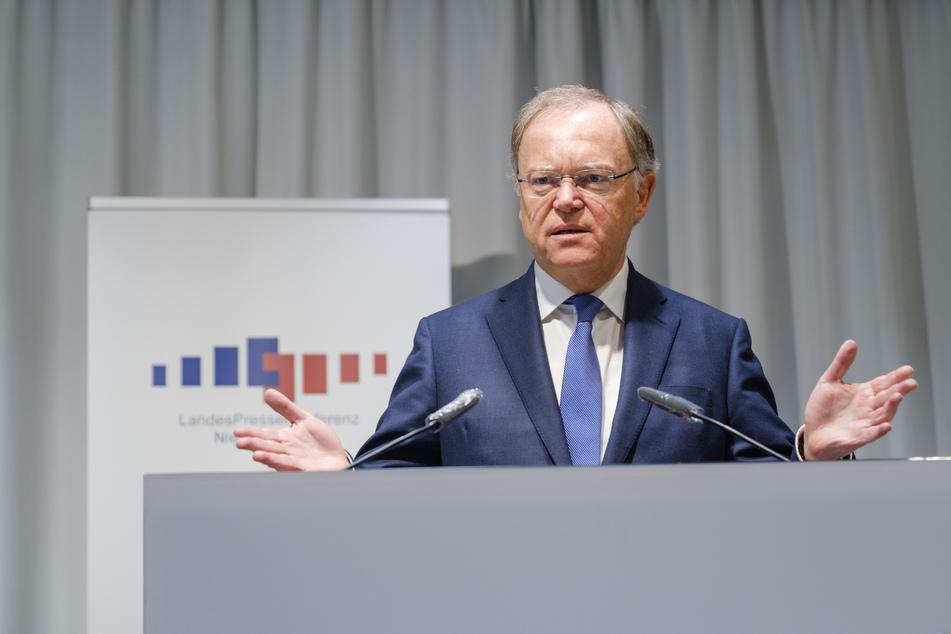 Niedersachsens Ministerpräsident Stephan Weil (SPD) spricht während einer Pressekonferenz.