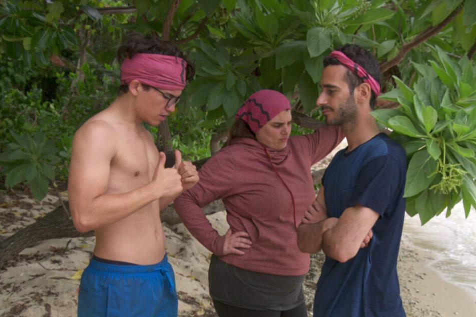 Jonah, Bärbel und Abdallah im konspirativen Gespräch.