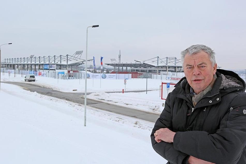 CDU-Stadtrat Karl-Ernst Müller (69) vor dem noch namenlosen neuen Stadion in Zwickau. Er fordert die Offenlegung der tatsächlichen Baukosten.
