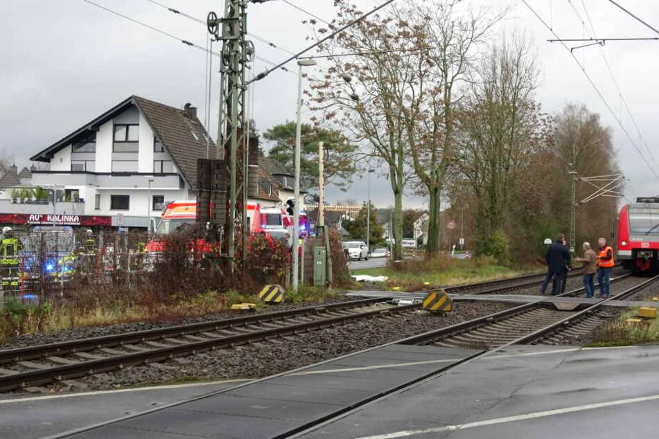 Die Seniorin wurde an einem beschrankten Bahnübergang von einem Zug erfasst.