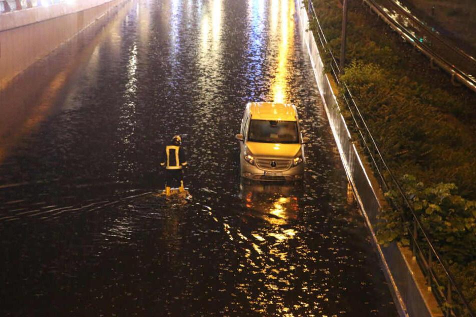 Der Mercedes konnte nur mit Hilfe der Polizei befreit werden.