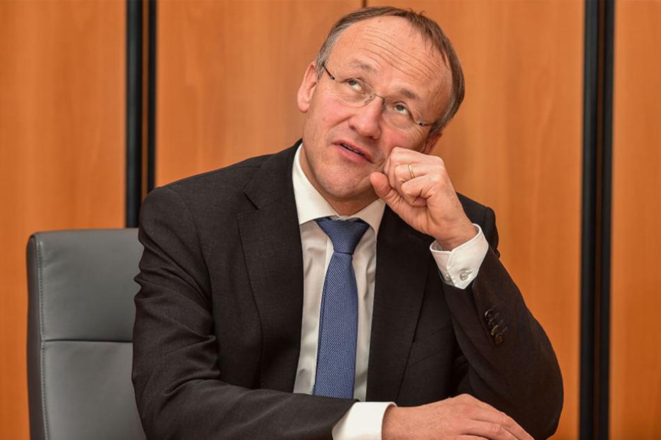 Sportbürgermeister Peter Lames (52, SPD) hat einen Plan für das Heinz-Steyer-Stadion.