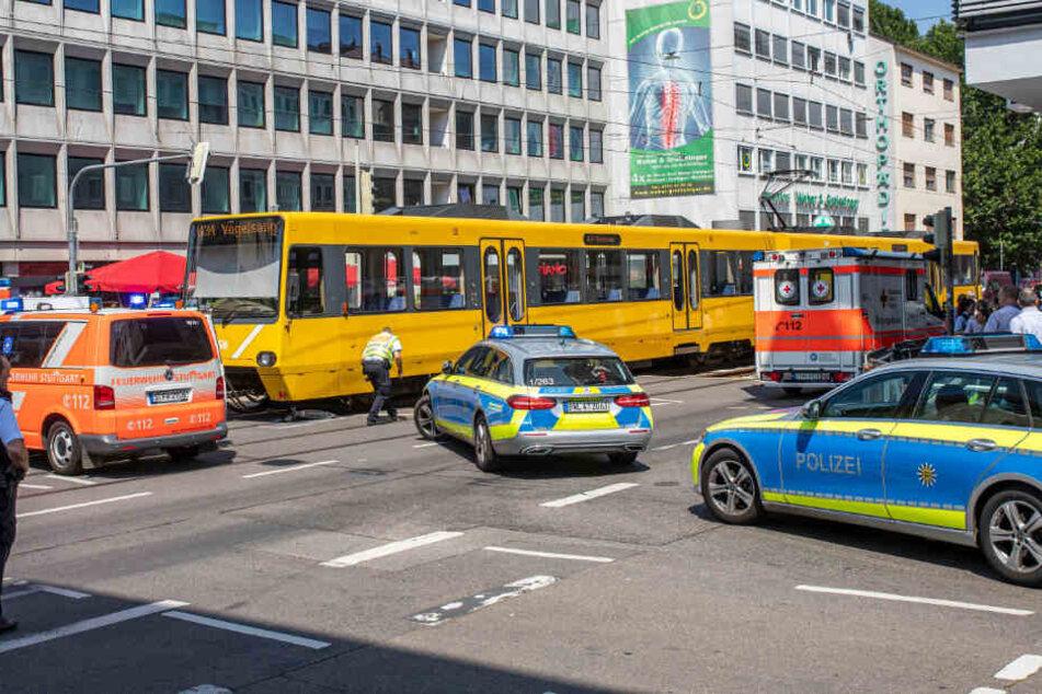 Die Polizei im Einsatz an der Silberburgstraße/Schloßstraße.