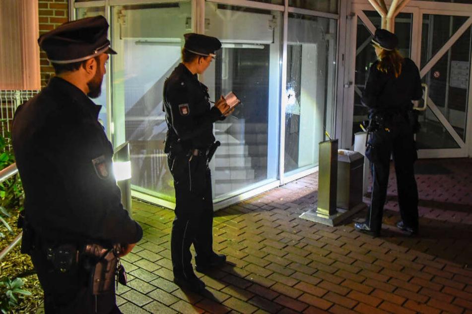 Die Polizei leuchtet den Eingangsbereich des Amtsgerichtes Barmbek aus.
