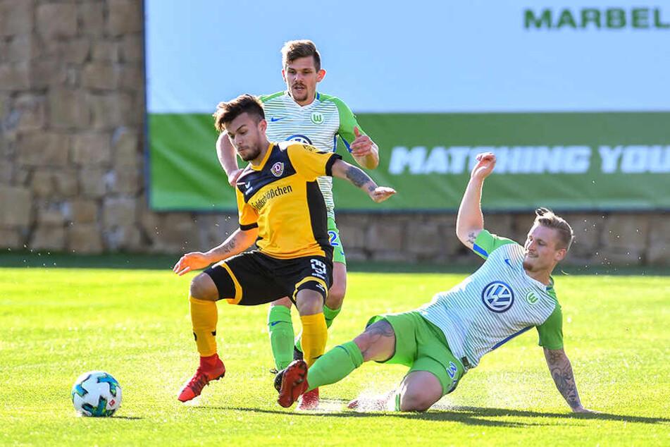 Nachdem Marvin Stefaniak (r.), hier im Januar 2018 im Testspiel mit dem VfL Wolfsburg gegen Dresdens Sascha Horvath, seinen Wechsel von Dynamo in die Autostadt publik gemacht hatte, ging seine Formkurve steil nach unten.