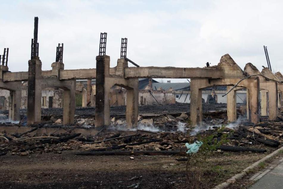 Sie sollen eine Halle abgefackelt haben: Jugendliche Brandstifter vor Gericht