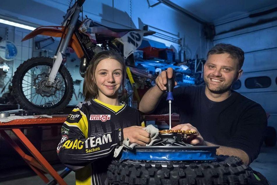 """Annalena Klemm (11) schraubt mit Papa Stefan (30) in der Werkstatt von """"Enduro Fleischer"""" in Gelenau an ihrer Maschine."""
