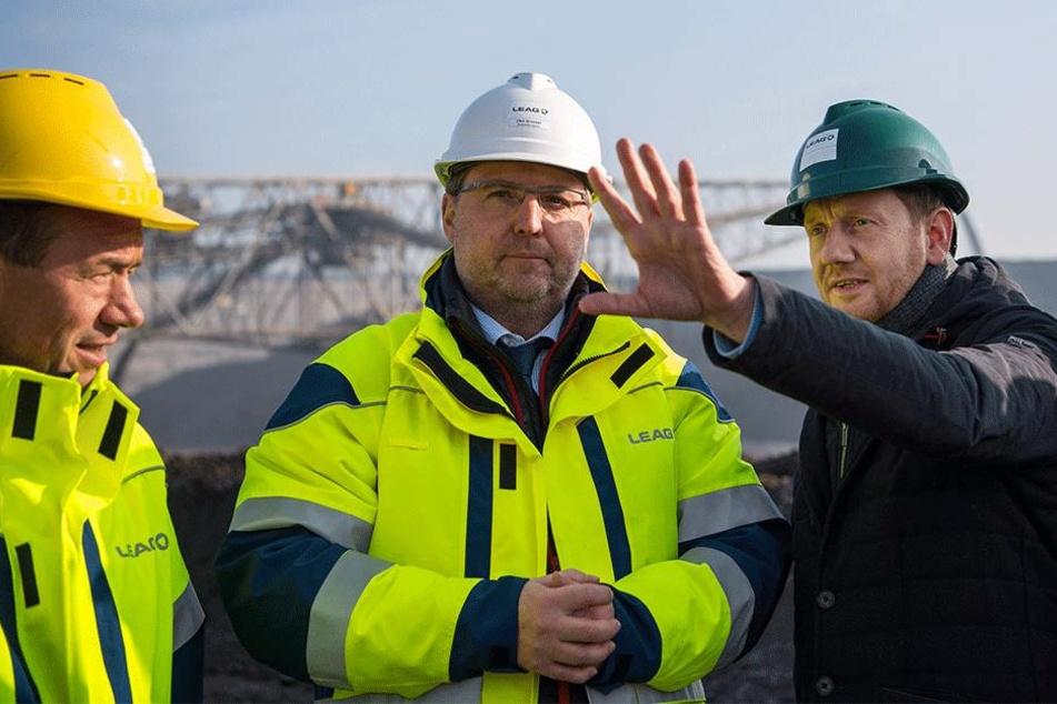 Ministerpräsident Michael Kretschmer (CDU, r.) traf sich in Boxberg u.a. mit dem Vorstand des Tagebaubetreibers LEAG.