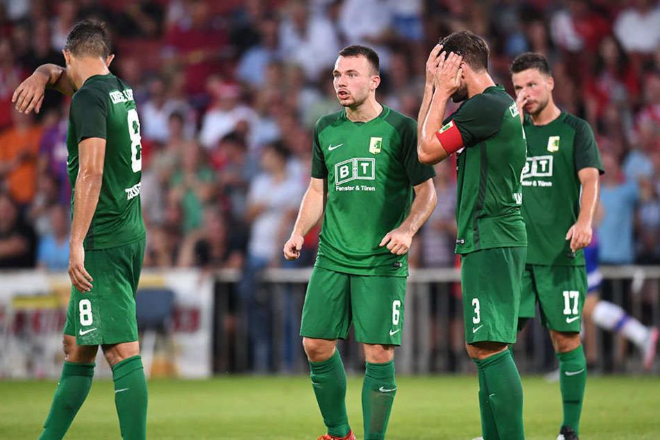 Bedröppelt schauten sich die BSG-Spieler in Cottbus an. Der Aufsteiger war beim 0:5 chancenlos.