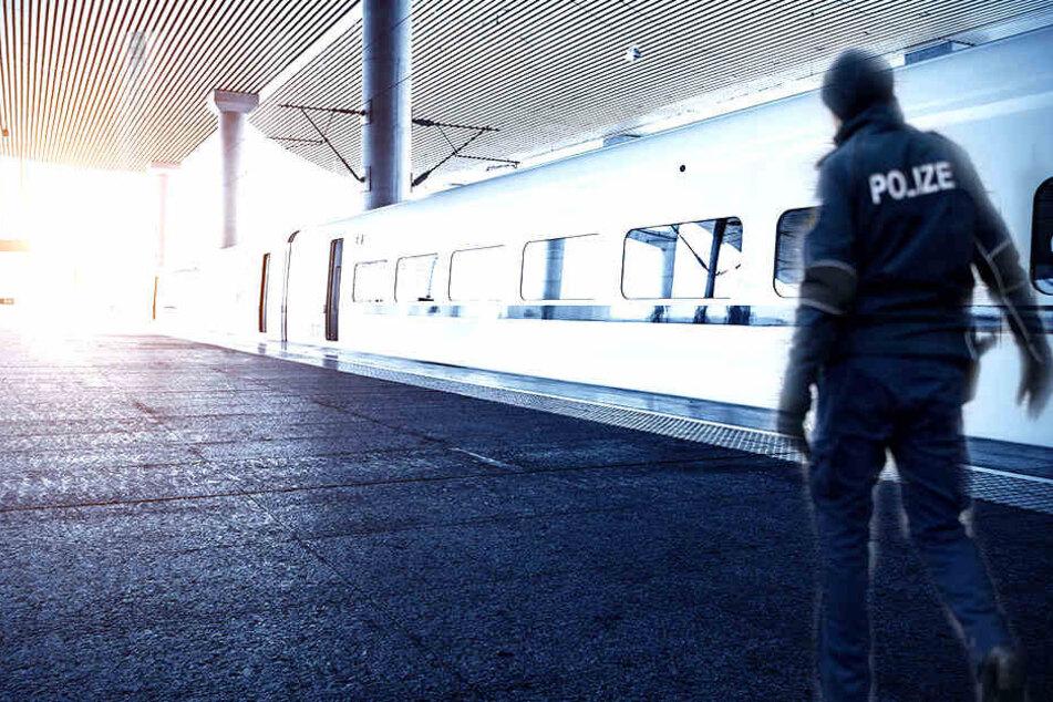 An einem sächsischen Bahnhof wurde ein Opfer von einem Unbekannten attackiert.