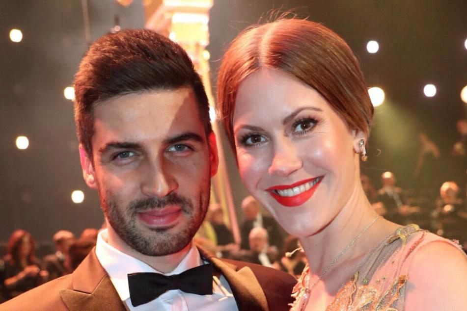 Rote Lippen soll man küssen: Die Schauspielerin Wolke Hegenbarth und ihr Freund Oliver Vaid stehen vor der Verleihung der Goldenen Kamera 2018 im Saal.(Archivbild)