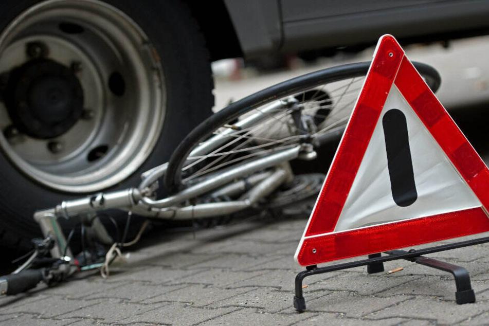 Ein Lkw hat einen Radfahrer tödlich erfasst. (Symbolbild)