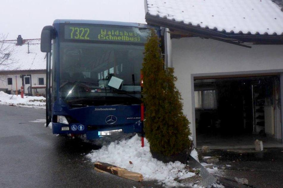 Der Linienbus ist über eine glatte Straße geschlittert und gegen eine Hauswand gekracht.
