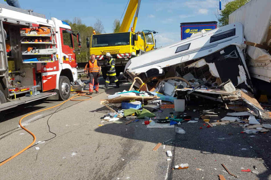 Horror-Crash: Wohnwagen-Gespann zermalmt, Fahrer kommt ums Leben