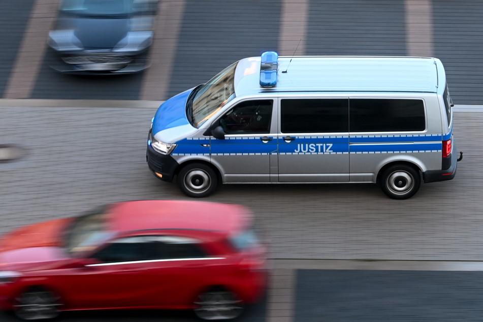 Im Landkreis Nordsachsen wurden Wohnungen durchsucht, nachdem zwei Frauen in Hass-Nachrichten an eine Überlebende des Terroranschlags von Halle im Jahr 2019 geschickt haben sollen. (Symbolbild)