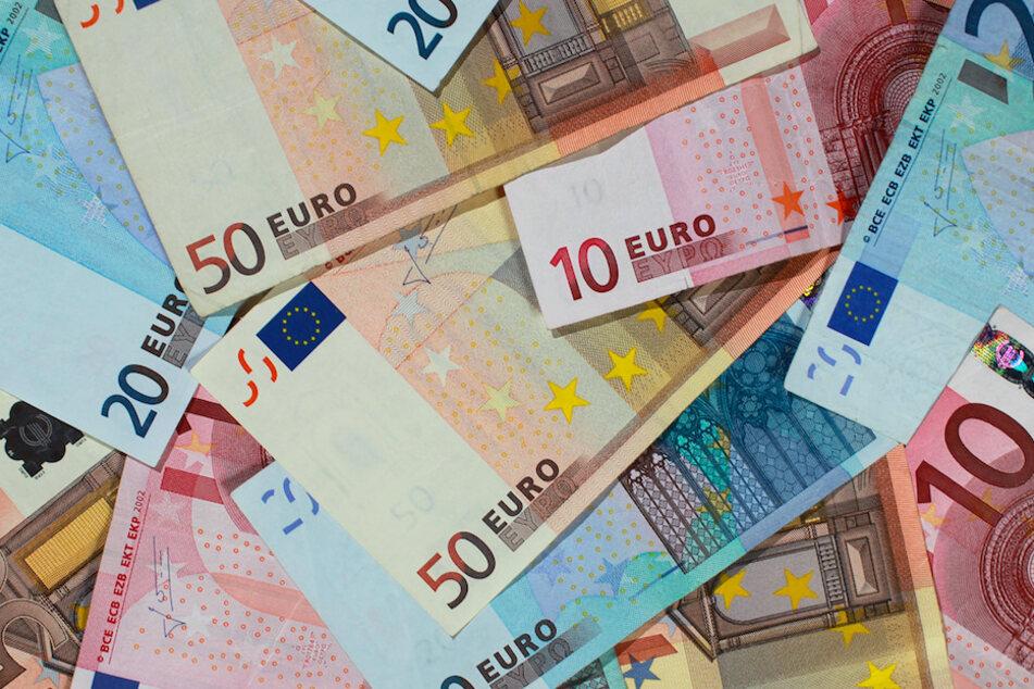 27.000 Euro in Bar warf der Mann von seinem Balkon auf die Straße. (Symbolbild)
